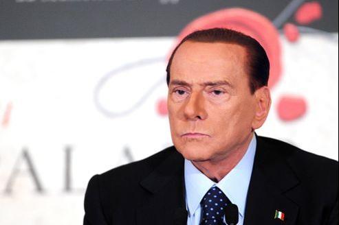Lifting du visage, cheveux teints, costume et cravate impeccables: Berlusconi a soigné son retour sur scène.