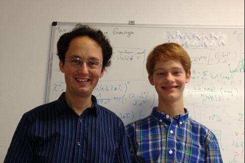 Neil Ibata (à droite), 15 ans , a co-signé un papier avec son père (à gauche), dans l'une des plus prestigieuses revues scientifiques.