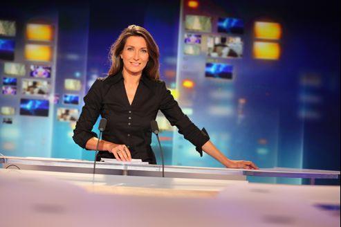 Anne-Claire Coudray sur le plateau de TF1.