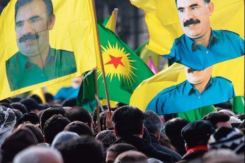 Des manifestants défilaient en portant des drapeaux à l'effigie du chef kurde Abdullah Öcalan, à Strasbourg, en février dernier.