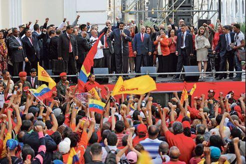 Nicolas Maduro, vice-président (au centre au micro), Diosdado Cabello, président du Parlement (à sa droite sur la photo), et de nombreux chavistes ont affirmé leur unité, samedi à Caracas.