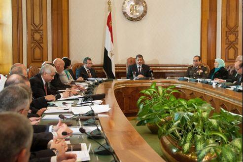 Mohammed Morsi rencontre rencontre les membres du nouveau gouvernement au Caire, le 6 janvier.