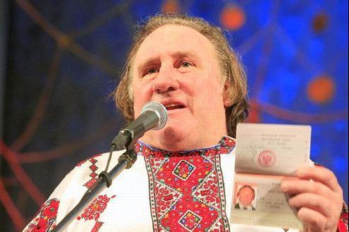 Gérard Depardieu, en costume local, lors d'une cérémonie à Saransk, en Mordovie, dimanche.