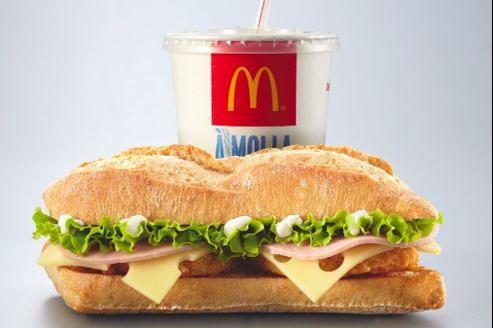 Composé d'un sandwich à base de galette de pommes de terre décliné au bœuf, au poulet et au jambon, le menu casse-croûte est accompagné d'une boisson.