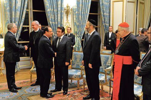 François Hollande (et Jean-Marc Ayrault, à gauche) ont présenté, mardi à l'Élysée, leurs vœux aux principaux responsables religieux en pleine polémique sur le mariage homosexuel auquel toutes les grandes confessions sont opposées.
