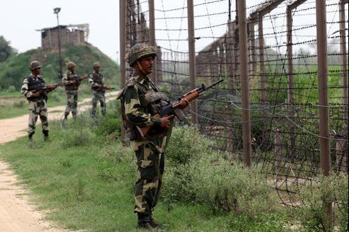 Des soldats indiens de la Border Security Force (BSF) surveillent les frontières entre l'Inde et le Pakistan dans la région sensible du Cachemire.