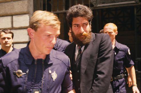 Georges Ibrahim Abdallah au cours d'un transfert pénitentiaire en juillet 1986 pendant son procès à Lyon.