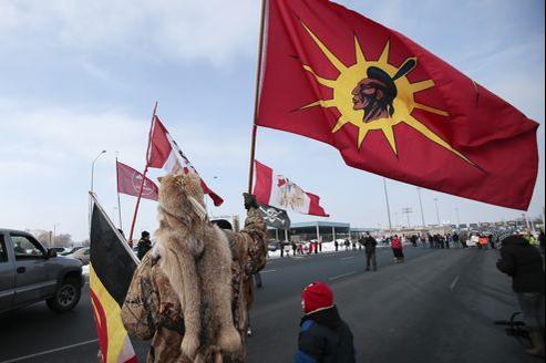 Des membres d'Idle No More manifestent à la frontière entre le Canada et les Etats-Unis.