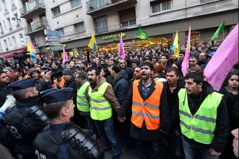 Manifestations de Kurdes près du lieu du crime, rue La fayette, à Paris, jeudi.