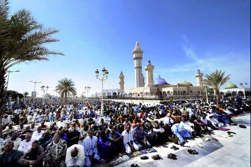 La grande mosquée de Touba accueille derrière ses grilles plus de 7000 personnes pour la prière du vendredi. Mais dans les rues adjacentes, on en compte cinq cents fois plus.