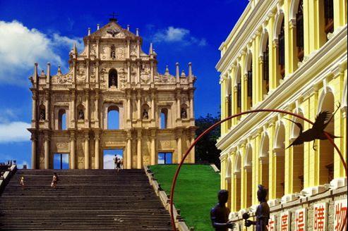 De la majestueuse cathédrale Saint-Paul, il ne reste que la façade baroque. Ce monument du XVIIe siècle est l'emblème de Macao.