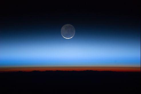 La plupart des planètes ont un ou plusieurs satellites (ici, la lune), mais ceux des planètes situées hors du système solaire sont trop petits pour être observables avec les moyens actuels.