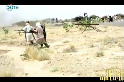 Vidéo diffusée mercredi sur des forums djihadistes montrant des hommes d'Aqmi se préparant au combat dans le Nord du Mali, avant l'offensive sur Konna.