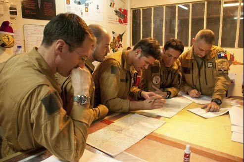 À N'Djamena , au Tchad, samedi , des pilotes de l'armée de l'air française préparent une mission au deuxième jour de l'intervention au Mali.