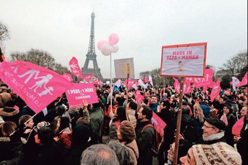 Des milliers de manifestants ont convergé sur le Champ-de-Mars.