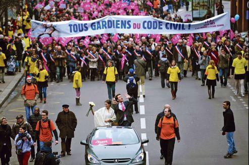 De jeunes mariés ont précédé l'un des cortèges de la Manif pour tous, dimanche à Paris.