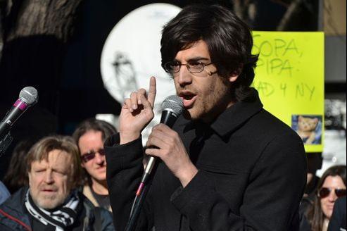 Aaron Swartz lors d'une manifestation contre les projets de loi SOPA et PIPA. Crédit photo Open Knowledge Foundation, licence CC.
