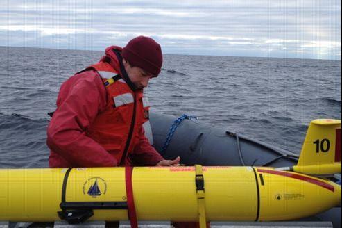 Mark Baumgartner inspecte un des planeurs sous-marins qui lui permettent d'enregistrer le son des baleines.