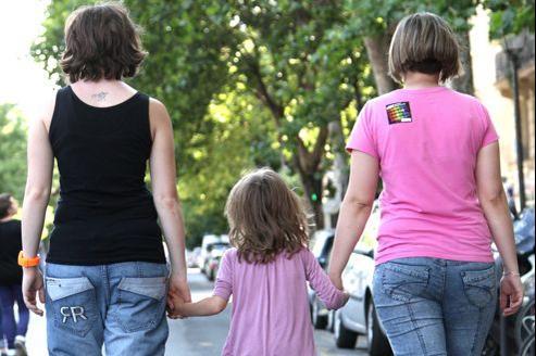 La PMA autorisée aux couples de lesbiennes ferait franchir un pas de plus: il s'agirait non plus de résoudre une infertilité médicale mais de répondre à leur «désir d'enfant».