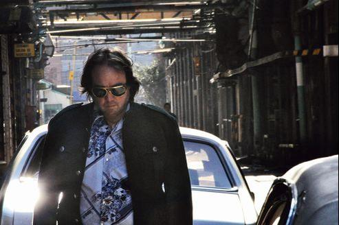 Carlos Gutierrez (John McInerny) s'identifie à Elvis Presley.