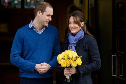 Le prince William et sa femme Kate Middleton, à la sortie de l'hôpital King Edward VII de Londres. AFP PHOTO/Leon Neal