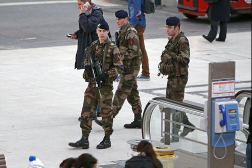 Des soldats patrouillent, mercredi, à la gare de Lyon dans le cadre du plan Vigipirate renforcé.