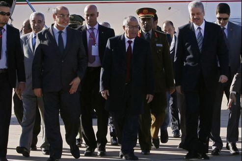 Le premier ministre libyen, Ali Zeidane (au centre), accompagné par ses homologues tunisien, Hamadi Jebali (à gauche), et algérien, Abdelmalek Sellal (à droite), à leur arrivée à l'aéroport de Ghadamès, samedi dernier, pour une conférence sur la sécurité de leurs frontières communes.