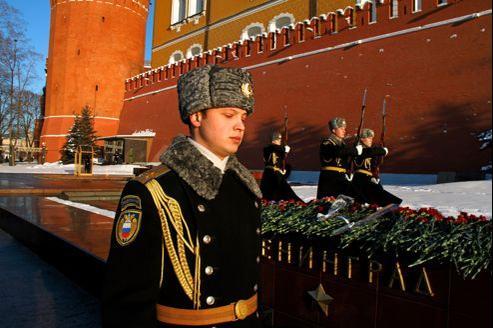Avec la régularité d'un métronome, le pas des soldats de la Garde du Président rythme la vie de la citadelle du Kremlin, comme ici autour de la flamme du soldat inconnu.