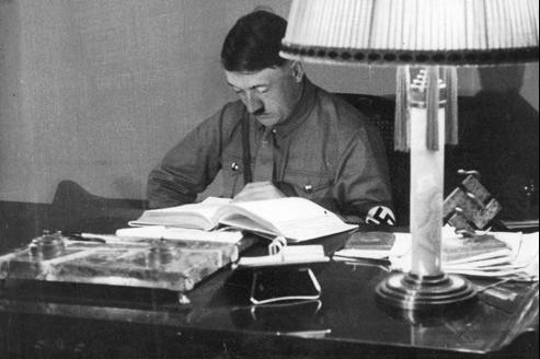 Hitler à son bureau de Munich, en 1934.