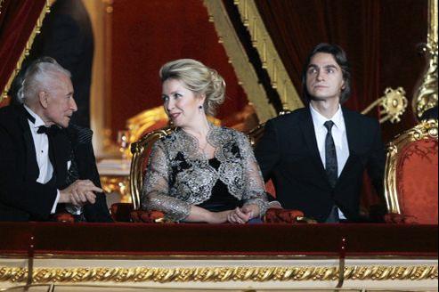 De gauche à droite, Yuri Grigorovich, l'épouse de Dmitry Medvedev et Sergei Filin, en octobre 2011, à Moscou.