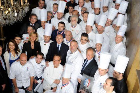 Paul Bocuse (à côté de Gérard Collomb, maire de Lyon) entouré de soixante-quatre chefs étoilés de la région lyonnaise qui ont apporté leur soutien à la candidature de Lyon.