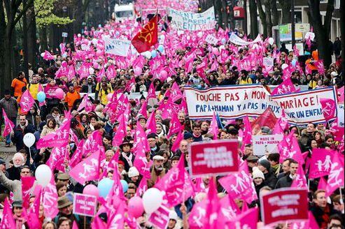 Une marée rose défèrle sur Paris. Plusieurs centaines de milliers de personnes ont manifestés à Paris, dimanche 13 janvier, contre le projet de loi Taubira sur le mariage homosexuel.