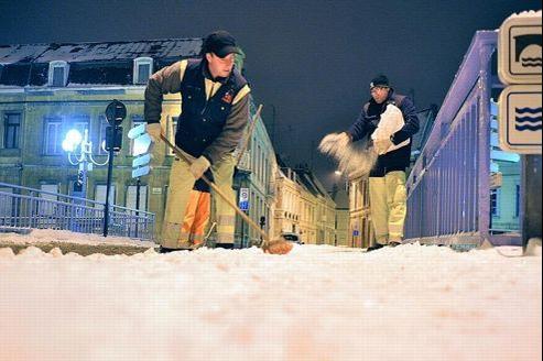 Les employés municipaux déblaient les trottoirs de Douai, dans le nord du pays, ce lundi.