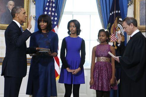 À la Maison-Blanche, Barack Obama prête serment pour son deuxième mandat face au président de la Cour suprême, John Roberts, et en compagnie de sa famille, le 20 janvier.