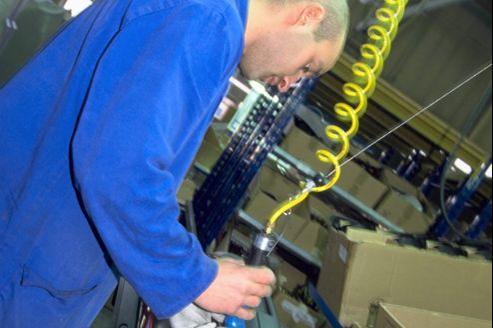 Ouvrier dans une usine de fabrication de pare-chocs pour Renault Clio.