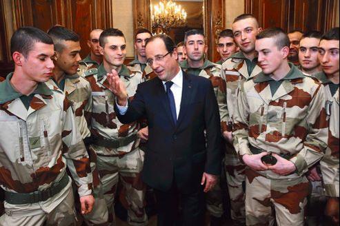 François Hollande, samedi à Tulle (Corrèze), avec des hommes du 126e régiment d'infanterie en partance pour le Mali.