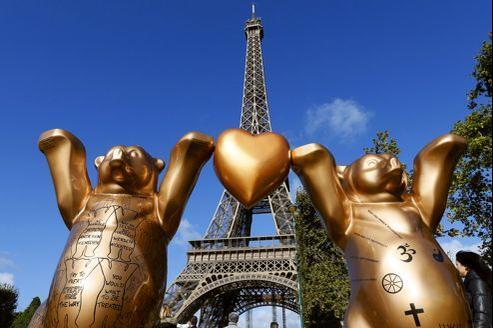Pour célèbrer l'amitié entre Paris et Berlin, 140 ours géants, emblèmes de la capitale germanique, ont été installés sur le Champ de Mars.