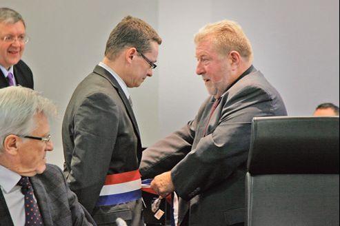 Jean-Pierre Kucheida (à droite), maire socialiste depuis 32 ans de la commune de Liévin (Pas-de-Calais), a cédé, dimanche, son fauteuil à son dauphin désigné, Laurent Duporge.