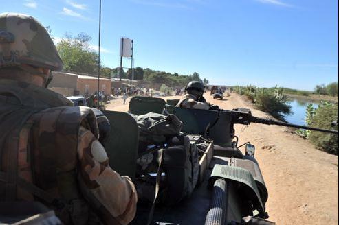 Soldats français entrant dans la ville de Diabaly reprise aux islamistes, lundi, avec l'aide de l'armée malienne.