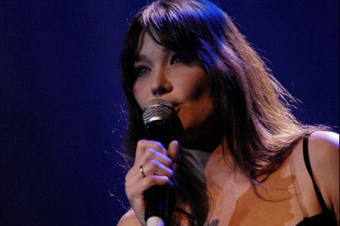 La chanteuse sort un disque intitulé Little French Songs le 1er avril.
