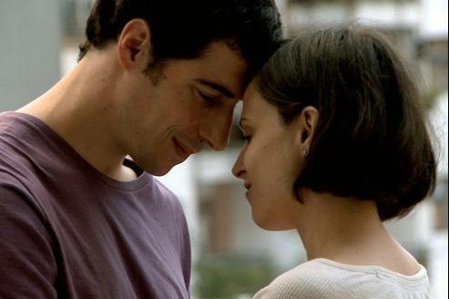 Roque tombe amoureux de Paula un maître de conférences contestataire et radicale qui lui inocule le virus du militantisme.©Epicentre films