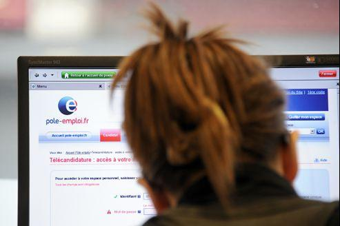 Une jeune femme parcourt les offres de travail sur le site Internet de Pôle emploi en juillet 2011.
