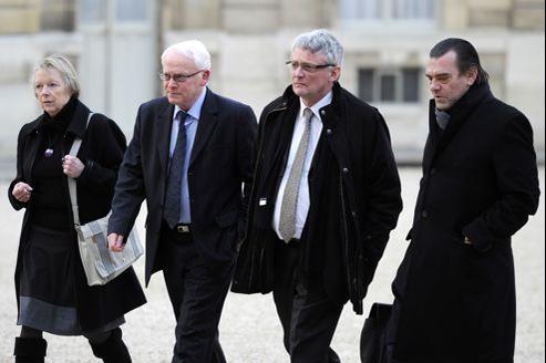 De gauche à droite: Charlotte et Bernard Cassez, les parents de Florence, le député Thierry Lazaro, et l'avocat Frank Berton, dans la cour de l'Élysée.