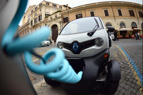 Une Renault Twizy électrique en charge à une borne, à Rome.