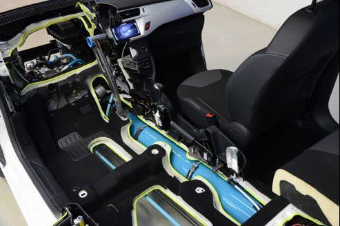 La bouteille d'azote, en bleu, a été intégrée dans l'habitacle d'une voiture de type C3.