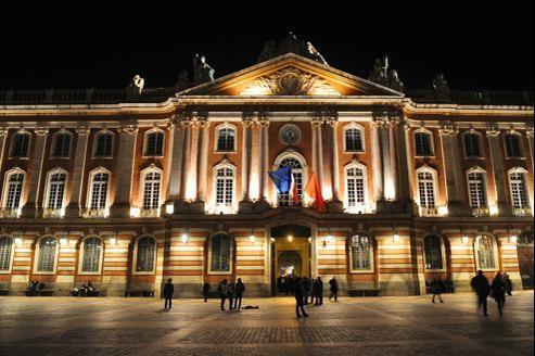 À gauche, certains se félicitent en coulisses de cette candidature UDI qui pourrait semer la zizanie à droite et faire le jeu du candidat socialiste. En photo: la mairie de Toulouse, la nuit.