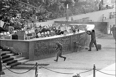 Le 6 octobre 1981, lors d'un défilé militairequi se déroule au Caire, des terroristes islamistes assassinent le président égyptien Anouar el-Sadate.
