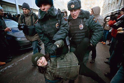 Arrestation d'une militante pour les droits des homosexuels, vendredi à Moscou.
