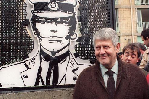 Hugo Pratt pose devant la plaque de l'immeuble «Corto Maltese», lors de son inauguration en marge d'un festival de la bande dessinée à Alès, le 08 mars 1991.