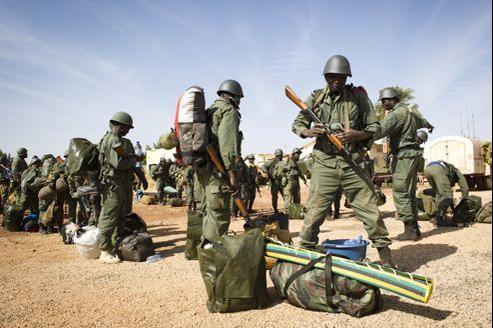 Soldats maliens arrivant à l'aéroport de Gao, samedi. Les militaires français et maliens ont repris Gao, avant d'avancer dimanche vers Tombouctou.